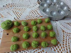 Зеленое печенье из яснотки Орешки с кремом
