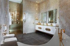 des miroirs décorés et une douche à l'italienne