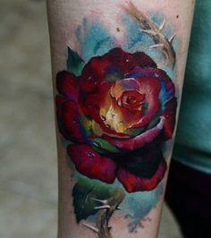 un-tattoo-rose-aux-multiples-reflets-sur-l-avant-bras_146735_w460.jpg (460×520)
