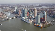 Mega installatieschip in centrum Rotterdam   RTV Rijnmond