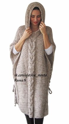 Plus Size Maxi Knitting Poncho con sudadera con capucha - Over Size Tweed Beige Cable Knit de Afra, Diy Abschnitt, Poncho Knitting Patterns, Knitted Poncho, Knit Patterns, Knit Cowl, Tweed, Hand Crochet, Knit Crochet, Plus Size Maxi, Knit Fashion