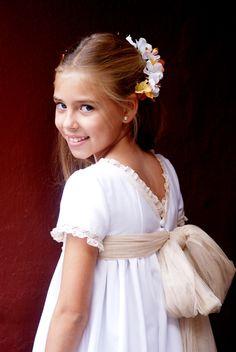 Precious Child - festive little girl Première Communion, Communion Dresses, Little Girl Dresses, Girls Dresses, Flower Girl Dresses, Fashion Kids, Beautiful Gowns, Beautiful Bride, Baby Dress