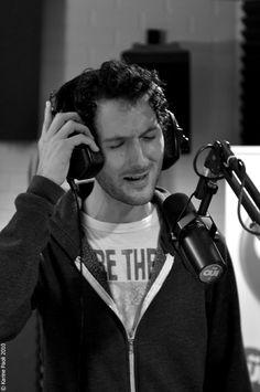 Aaron - Simon Buret dans les studios de Ouï FM - session acoustique avec Dom Kiris (oct 2010) Groupes, Studios, Rock, Eyes, Music, Women, Happiness, Acoustic Music, Singers