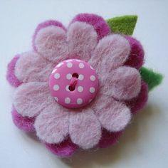 Felt and button flowers, would make cute brooches. Felt Crafts, Fabric Crafts, Sewing Crafts, Sewing Projects, Felt Flowers, Fabric Flowers, Felt Hair Accessories, Felt Decorations, Felt Brooch