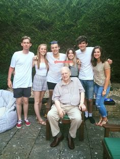 Harry with his family❤ Harry Styles Family, Harry Styles Baby, Harry Styles Pictures, Harry Edward Styles, One Direction Harry, One Direction Photos, One Direction Humor, Gemma Styles, Holmes Chapel
