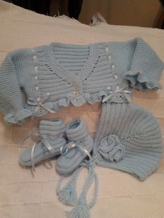 Kimono-wrap baby jacket stops just at rib cage height (like Knitting For Kids, Baby Knitting Patterns, Crochet For Kids, Knit World, Baby Girl Crochet, Baby Cardigan, Baby Socks, Sewing Basics, Baby Sweaters
