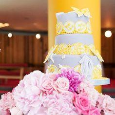 ブルー×イエロー、カラーでゴージャスに!個性的な結婚式のウェディングケーキまとめ一覧♡