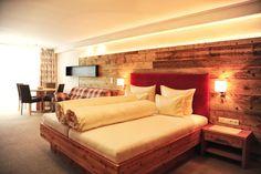 Funkelnde Bergwelten. Facettenreiche Möglichkeiten. Legeres Lebensgefühl. Erstklassiges Wohndesign. - Willkommen im Hotel Garni Dr. Köhle! 🎿⛷✨🌸🎉 #hotelgarniköhle #hotelserfaus #serfaus #hotel #3sternehotel #zimmermitfrühstück #zimmermitaussicht #zimmer #skigebiet #serfaus-fiss-ladis #skifahren #winterurlaub #hotelroom Loft, Bed, Furniture, Home Decor, Relax Room, Winter Vacations, Skiing, Homes, Homemade Home Decor