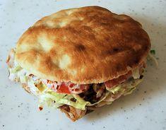 Kebab: De origem turca e consolidado em toda a Europa, o Kebab também é um prato típico na Grécia. Carne de carneiro ou frango, que são assados num palito de metal numa churrasqueira. Se come com ou sem pão. O molho geralmente é feito de maionese e vegetais.