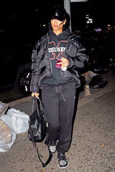 Rihanna out and about in NYC. Street Style Rihanna, Mode Rihanna, Rihanna Fenty, Winter Fashion Outfits, Autumn Winter Fashion, Casual Outfits, Winter Style, Rihanna Outfits, Rihanna Casual