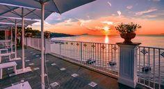 Situato su una scogliera con affaccio sul Golfo di Napoli, il Grand Hotel Riviera vi consentirà di prendere l'ascensore per raggiungere la sua spiaggia...