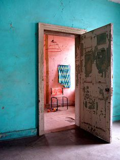 an African house color … …. couleur de vie Turquoise and peach walls Murs Turquoise, Turquoise Walls, Pink Walls, Turquoise Bathroom, Bright Walls, Wabi Sabi, African House, Turbulence Deco, Blog Deco