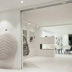 #art #boligstyling #boligpluss #bolig#cleanlines #design #decor#fireplace #funkis #hektapåinteriør #hus #interior4all #inspiration #interior4all #interiørmagasinet #interiør123 #interiør#interior#livingroom #mynordichome #minimalistisk #minimalist #nordicdesign #nordichome #styling #scandinaviandesign #scandinavianhome #inspirasjonsguidennorge