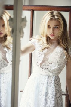 Chloë Grace Moretz is the old actress best known for her roles in Amityville Horror and Kick-Ass franchise. See more of her beautiful photos here. Chloe G Moretz, Chloë Grace Moretz, Hollywood, Hit Girl, Vaquera Sexy, Models, Beautiful Actresses, Beautiful People, White Dress
