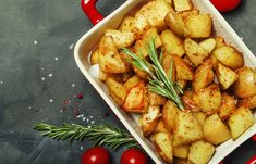 Potatoes are the protagonists of nourishing, tasty and easy to prepare side dishes: excellent to accompany meat or fish, perfect for delicious aperitifs Stuffed Baked Potatoes, Fried Potatoes, Roasted Potatoes, Baked Potato Recipes, Vegetable Recipes, Vegetarian Recipes, Potato Fritters, Homemade Mayonnaise, Sour Taste