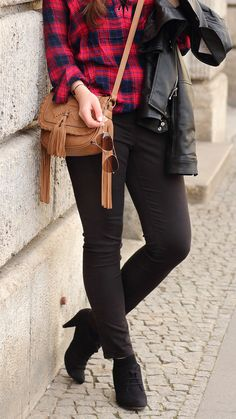 Frühlingsoutfit | karierte Bluse | kariertes Hemd | schwarze Jeans Mavi | braune Tasche mit Fransen | schwarze Lederjacke Zara | Girl | Brunette | braune Haare | Hochfrontpumps | Spring look | Spring outfit | Fashion | Mode | Fashionblogger | Modeblog | JustMyself | RayBan Aviator Sonnenbrille