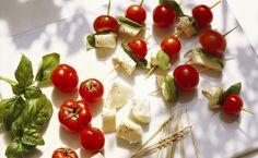 Pìnchos Caprese    Haz que el típico Caprese de las fiestas sea portátil haciendo minipinchos. Los tomates frescos tienen alto contenido del antioxidante licopeno y potasio, que puede ayudar a combatir las enfermedades del corazón. La mozzarella cremosa y la albahaca fresca complementan el potente aperitivo vegetariano con un sabroso y gratificante trío.