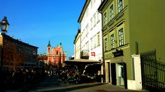 Iedereen buiten voor de zon! #Ljubljana #hoofdstad #koffie  #centrum #Slovenië #Slovenia / @MijnsLOVEnie / www.mijnslovenie.com