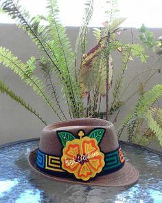 Sombrero con molas, disponible para lucir en cualquier ocasión. Pedidos y consultas a iedyi28@gmail. - ied_creations