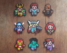 Ensemble de 9 Avengers (et Loki) aimants. Comprend : Loki, Agent Phil Coulson, Nick Fury, Captain America, Thor (wih Mjolnir), veuve noire, Iron
