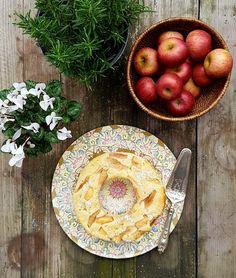 Molto semplice da preparare, questa è la torta ideale quando hai delle mele avanzate. Io la preparo con le renette e le annurche, ma quasi tutte le mese farinose vanno bene. resta molto morbida e bagnata all'interno, quindi si presta bene a essere servita con un po' di crema pasticcera, una pallina di gelato o al naturale... a colazione!