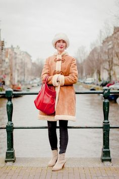 Joliek Amsterdam [street style] matchy matchy, even lips and bag Amsterdam Street Style, Street Style Women, Winter Fashion, Winter Jackets, Fashion Blogs, Urban, Stylish, Budapest, Coat