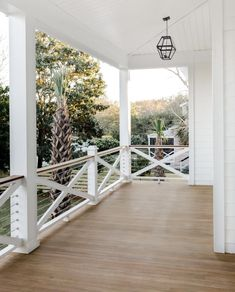 Dining room railing but with tapered posts Modern Front Porches, Farmhouse Front Porches, Modern Farmhouse Exterior, Decks And Porches, Front Porch Railings, Balcony Railing, Deck Railings, Screened In Porch, Front Porch Addition