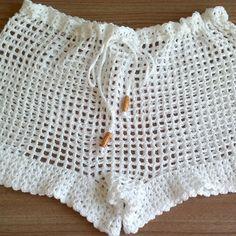 Short de crochê - Saída de Praia Crochet Pants, Knit Crochet, Como Fazer Short, Boho Shorts, Lace Shorts, Crochet World, Crochet Flower Patterns, Short Skirts, Crochet Bikini