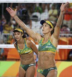 Melhor do mundo! Larissa é decisiva, Brasil sofre, mas está nas semifinais #globoesporte