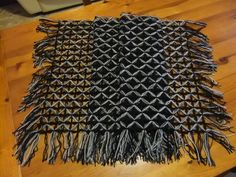 Scialle rettangolare realizzato al telaio
