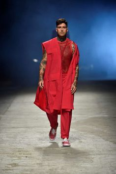 Desde las pasarelas de Tokyo, el diseñador Yoshio Kubo presenta su colección Spring-Summer 2018 en la plataforma del Pitti Uomo Autumn Fashion, Men's Fashion, Spring Summer 2018, Dapper, Ninja, Samurai, Raincoat, Angeles, Gay