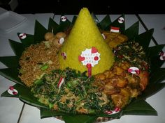Nasi kuning + Urab / Kluban + Mie goreng + Telur merah + Oseng tempe + Tahu goreng + Oseng kacang + Ayam goreng