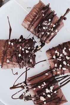 Wer liebt Schokoladen Glacé auch so sehr wie ich? Heute teile ich mit euch dieses leckere und gesunde Schokoladen Glacé Rezept. Es ist im nu zubereitet und du kannst ohne schlechtes Gewissen schlemmen, denn es enthält nur gesunde Zutaten. Als Adding habe ich die Masse mit etwas veganem Proteinpulver ergänzt, damit wir auch immer schön genügend Eiweisse zu uns nehmen :) Food, Healthy Chocolate, Koken, Cacao Powder, Chocolate Hazelnut, Guilty Conscience, Meals