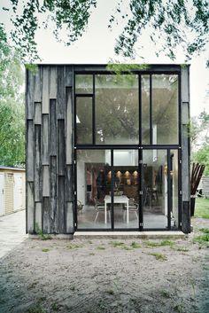 """Primus architectsprogettano questa residenza ad Asserbo, nella foresta danese, immaginandola come un rettangolo di legno e luce. """"I committenti volevanouna garanzia diprivacyrispetto alle resid..."""