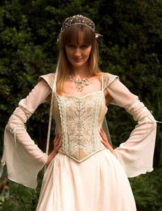 Medieval style wedding gown                                                                                                                                                      Mais