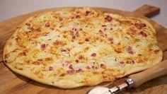 Tarte flambée - pizzadeeg met cremefresh, spekjes, uiringen en kaas recept | 24Kitchen