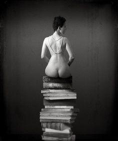 """Leer es sexy. Desnudo y libros.  """"La creatividad es la inteligencia divirtiéndose."""" Albert Einstein"""