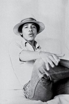 Barack Obama: the college years In he was an freshman who liked Earth, Wind & Fire and wore silly hats. David Maraniss' new biography reveals how Barry from Honolulu became Barack, president of the United States. Michelle Obama, First Black President, Mr President, Yvonne De Carlo, Presidente Obama, Barack Obama Family, Black Presidents, Laetitia Casta, Foto Art