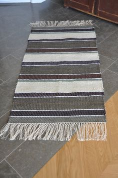 Loppberga Lager Small Round Rugs, Accent Rugs, Loom, Weaving, Arts And Crafts, Carpet, Diy Projects, Rug Patterns, Rag Rugs