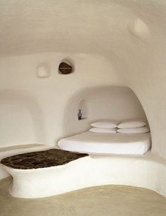 Earth plaster igloo - see also earth houses. A sustainable and abstract interior space, unlike such architecture by Adolf Loos. This space redefines the user's space in a unique and beautiful (although beauty can be truly subjective) place. Cob Building, Building A House, Green Building, Building Ideas, Adobe Haus, Earth Bag Homes, Earthship Home, Dome House, Natural Building
