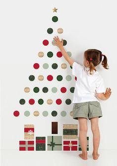 Crea tu propio arbol navideño con stickers circulares, o recortalos en papel y pégalos con un trocito de cinta de doble cara #DIY • Christmas wall stickers