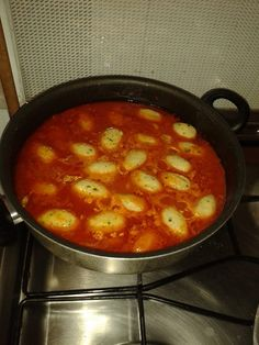 Molise- 'U scescille - tipica di Termoli. Prendete la mollica di pane raffermo e sgranatela con le mani umide, aggiungete le uova sbattute e mescolate bene. Aggiungete, quindi un po' di sale, 1 spicchio di aglio tritato finemente, il prezzemolo, il parmigiano ed il pecorino ed impastate per bene. Se vi sembrerà che l'impasto risulti poco lavorabile e piuttosto umido, aggiungete dell'altra mollica di pane. Appena avrete .... http://ricetteclerici.donnamoderna.com/ricette/u-scescille/