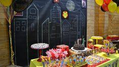 Iron Man party with chalkboard backgroud, very cool! Festa do homem de ferro com painel de fundo estilo lousa, muito bacana! Criação: babolina.com.br