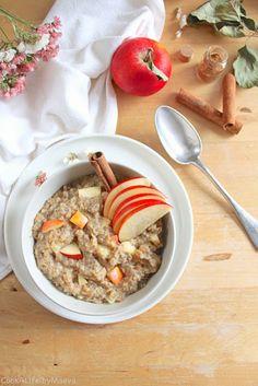 Try this vegan apple cinnamon porridge / oatmeal like an apple pie and add some yummy comfort to your breakfast Breakfast Porridge, Apple Breakfast, Brunch Recipes, Dessert Recipes, Desserts, Happy Foods, Cinnamon Apples, Granola, Apple Pie