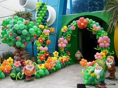 Could do a mario themed birthday like this instead of snow white. Balloon Tree, Balloon Flowers, Balloon Garland, Party Ballons, Deco Ballon, Balloons Galore, Jungle Theme Parties, Snow White Birthday, White Balloons