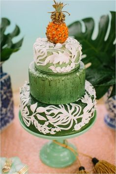 The textured green colour of this cake makes it look more natural and raw - very beautiful