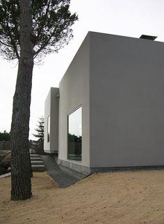 contempory Stucco Modern House Facades, Stucco Colors, Tadelakt, Porch Ceiling, Minimalist Architecture, Interior Architecture, Exterior Gray Paint, Stucco Exterior, Stucco Homes