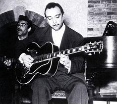 LE guitariste de jazz manouche, Django Reinhardt (1910-1953) dans un cabaret parisien, c.1950. ref. docpix009326 #Django #DjangoReinhardt #gypsy #gipsy #tsigane #gitan