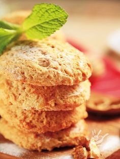 Gli Amaretti alle noci sono biscottini veramente gustosi, perfetti per uno squisito tè o per una colazione diversa...