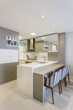 Ideia cozinha pequena, branca com espelhos.